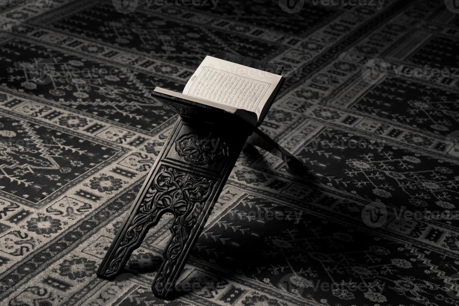 libro sacro del Corano dei musulmani nella moschea foto