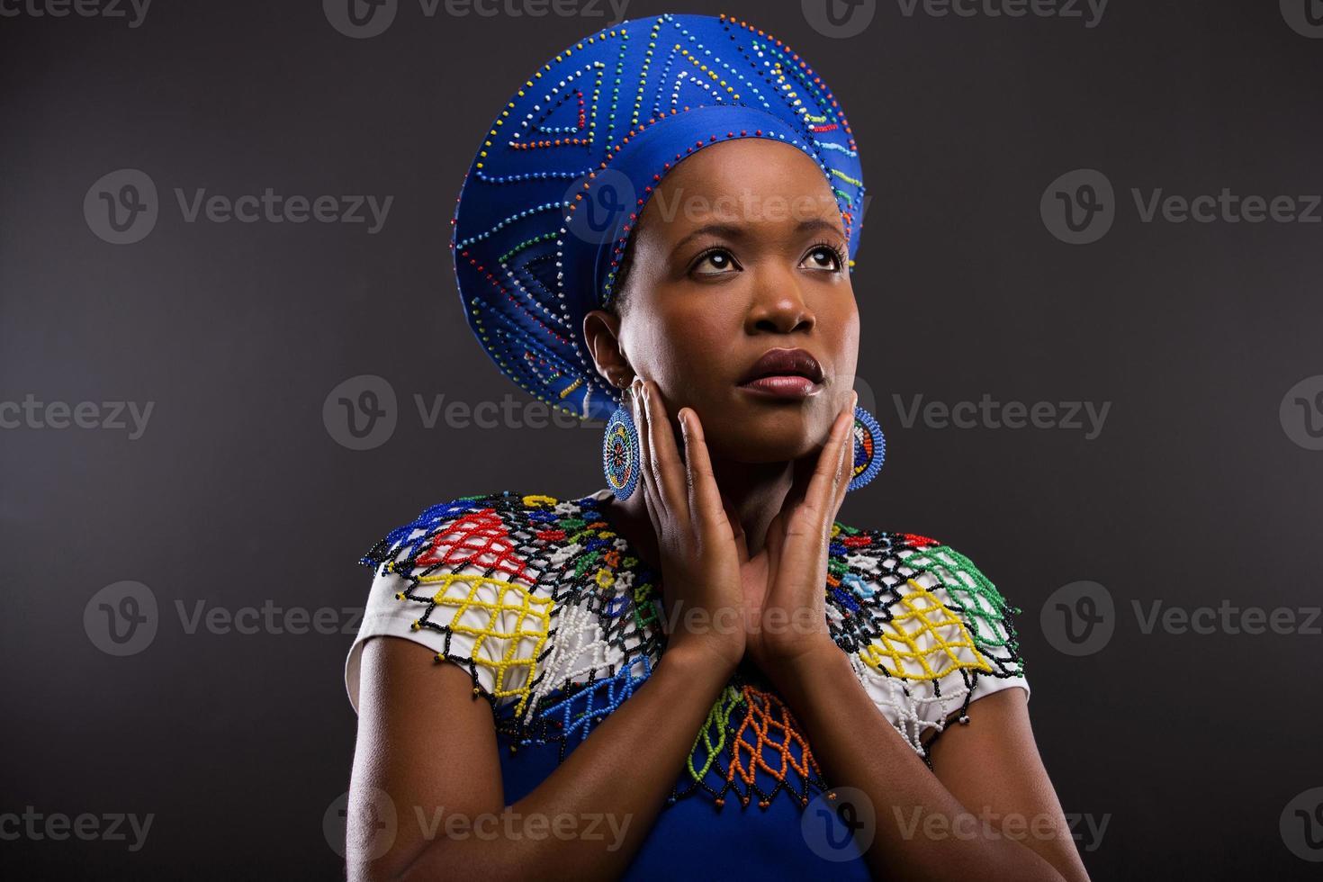 donna zulù africana premurosa che osserva in su foto