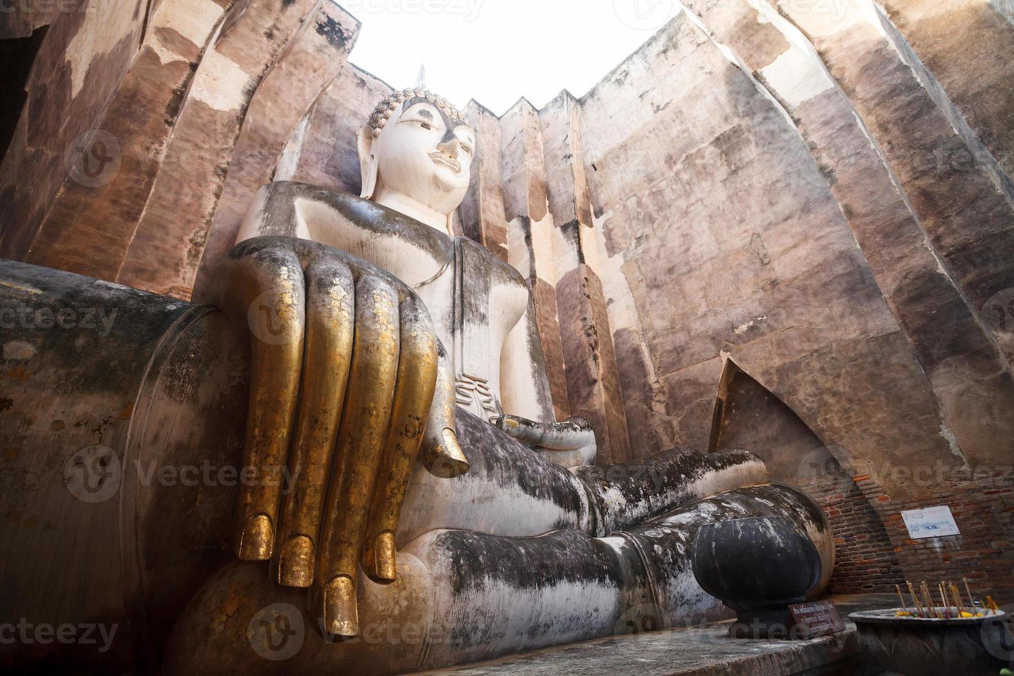antica statua di buddha. Parco storico di Sukhothai, Tailandia foto