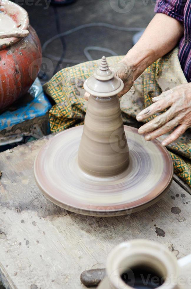 mani di vasaio che modellano artigianato in ceramica foto