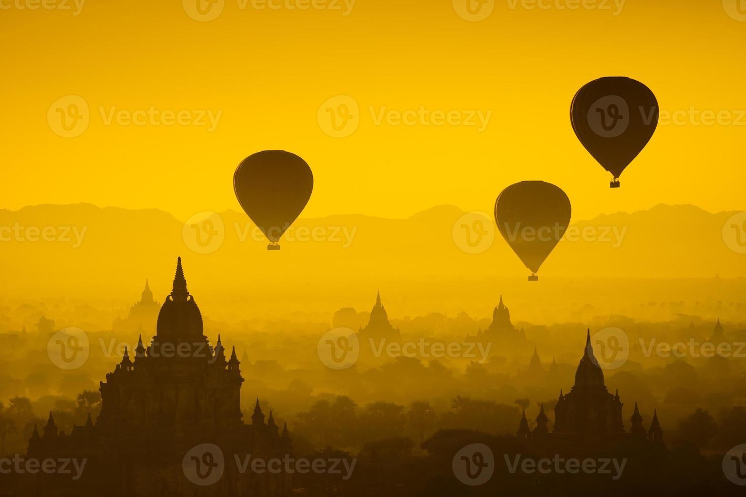 pallone sopra la pianura di Bagan nella mattina nebbiosa, myanmar foto