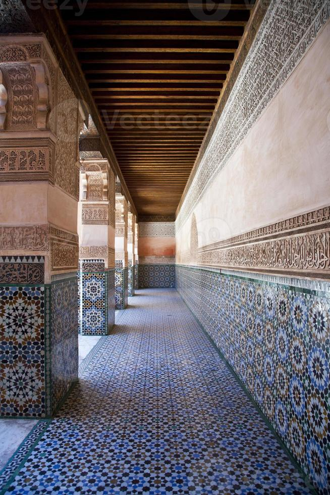 Colonnato nella costruzione di Ben Yussef a Marrakech, Marocco foto