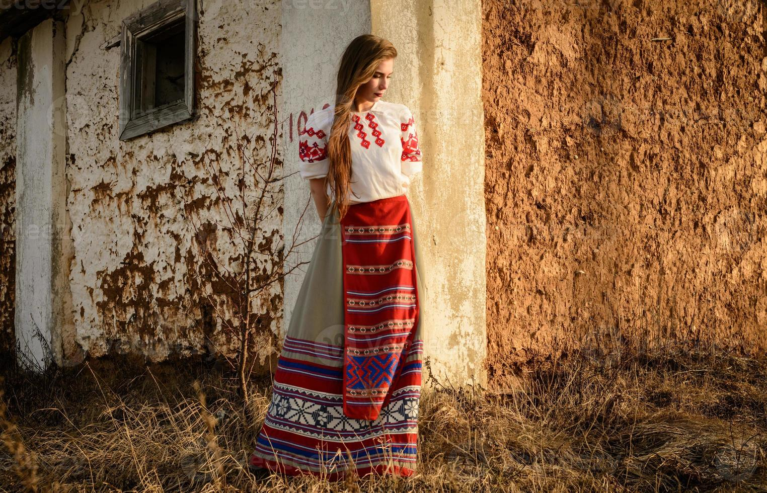 giovane donna in abito originale nazionale bielorusso slavo all'aperto foto
