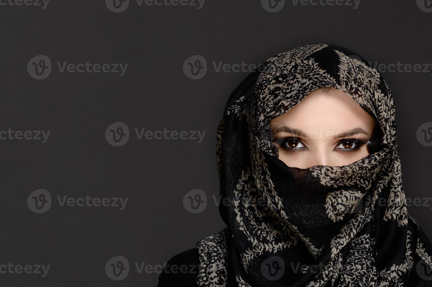bella donna con velo niqab mediorientale foto