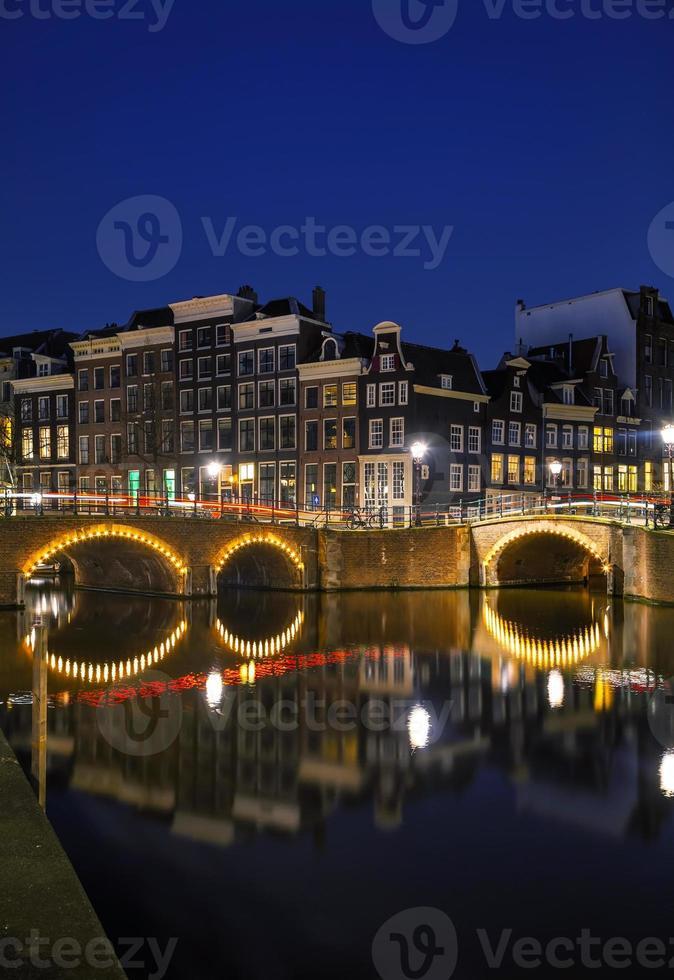 vista notturna della città di amsterdam, Paesi Bassi foto