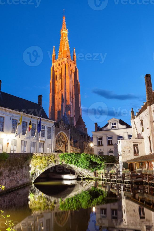 piccolo molo e ponte su un canale di bruges, belgio foto