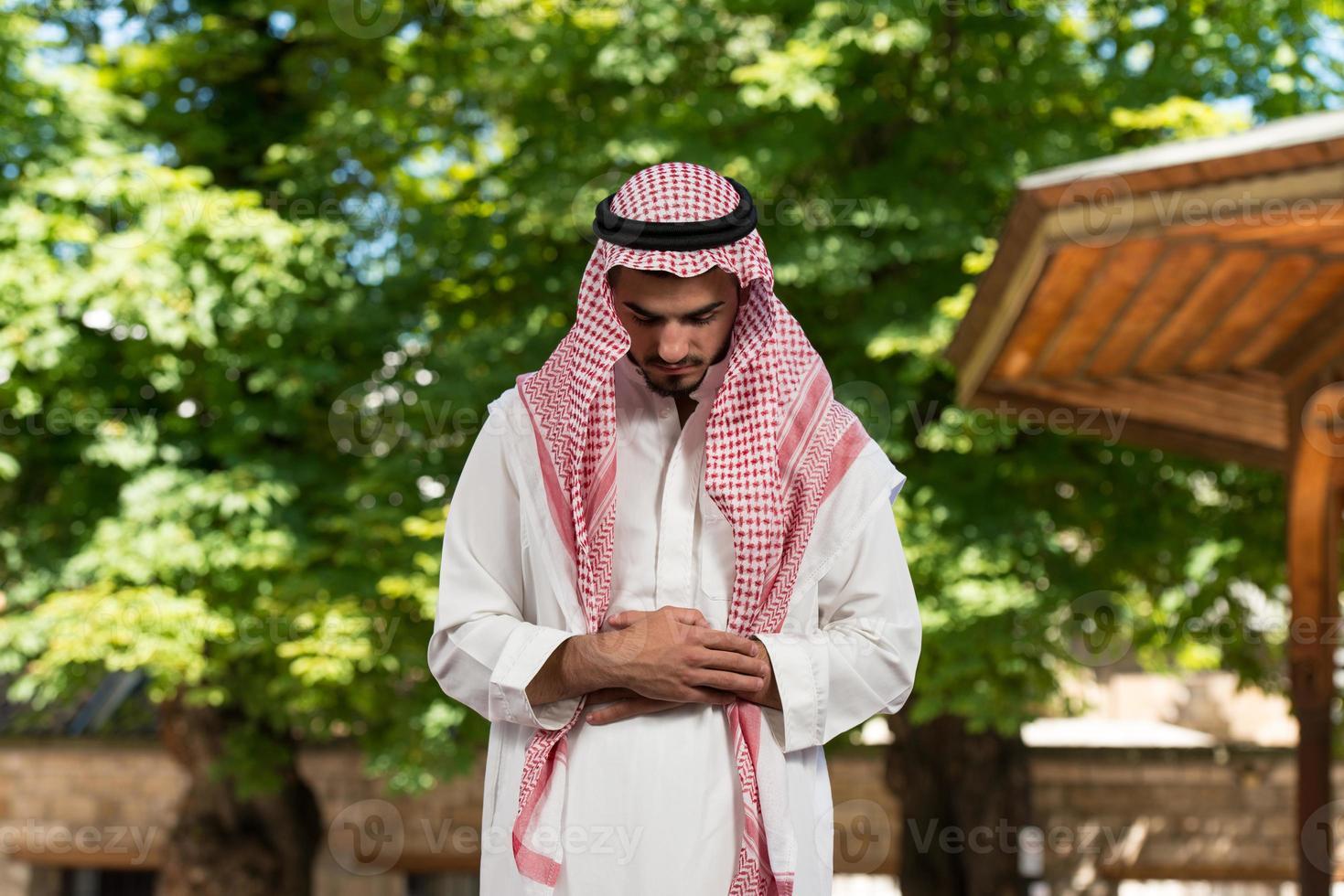 giovane musulmano che prega foto