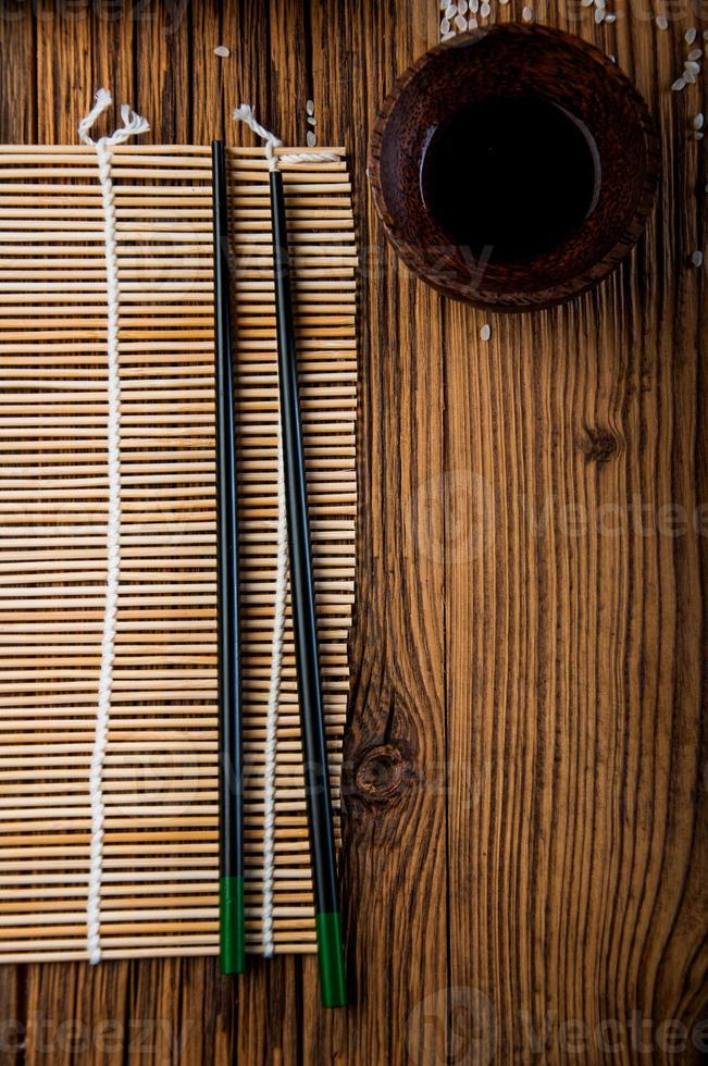 meraviglioso set di sushi, tema orientale sul vecchio tavolo di legno foto