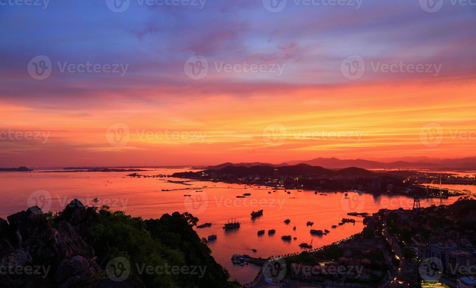 città di notte a halong, quangninh, vietnam foto