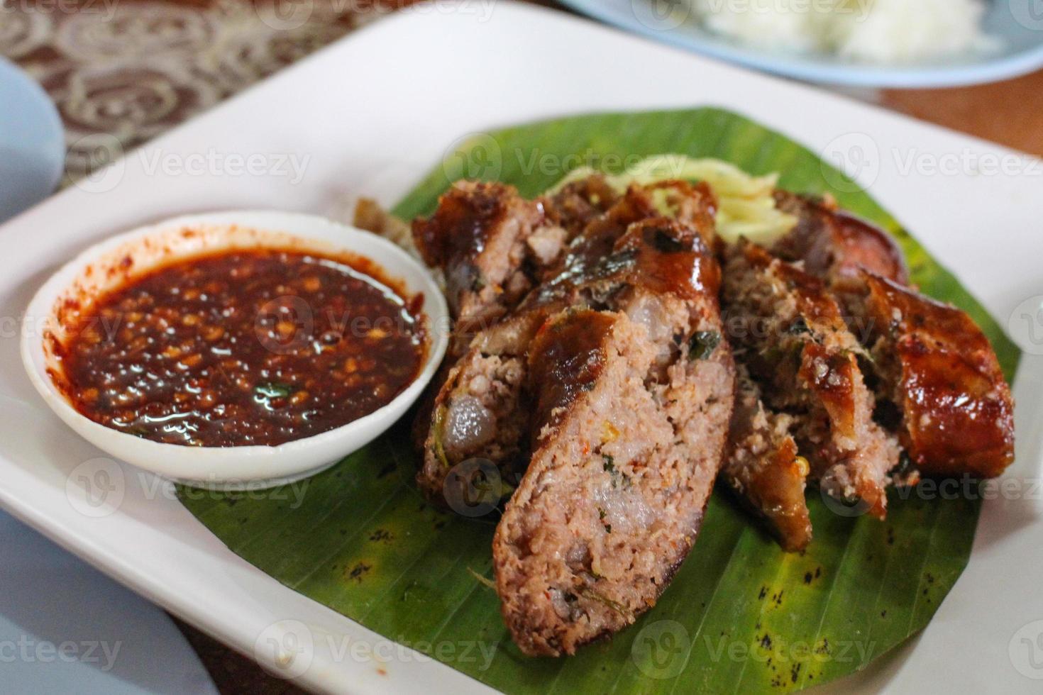salsiccia piccante tailandese con salsa foto
