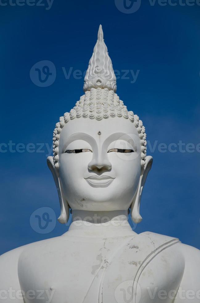 volto della scultura del buddha bianco. foto