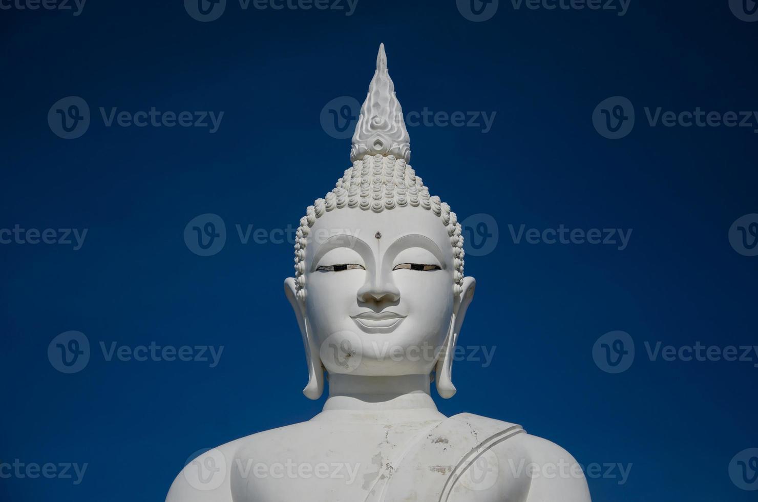 grande scultura di buddha bianco nel cielo blu. foto