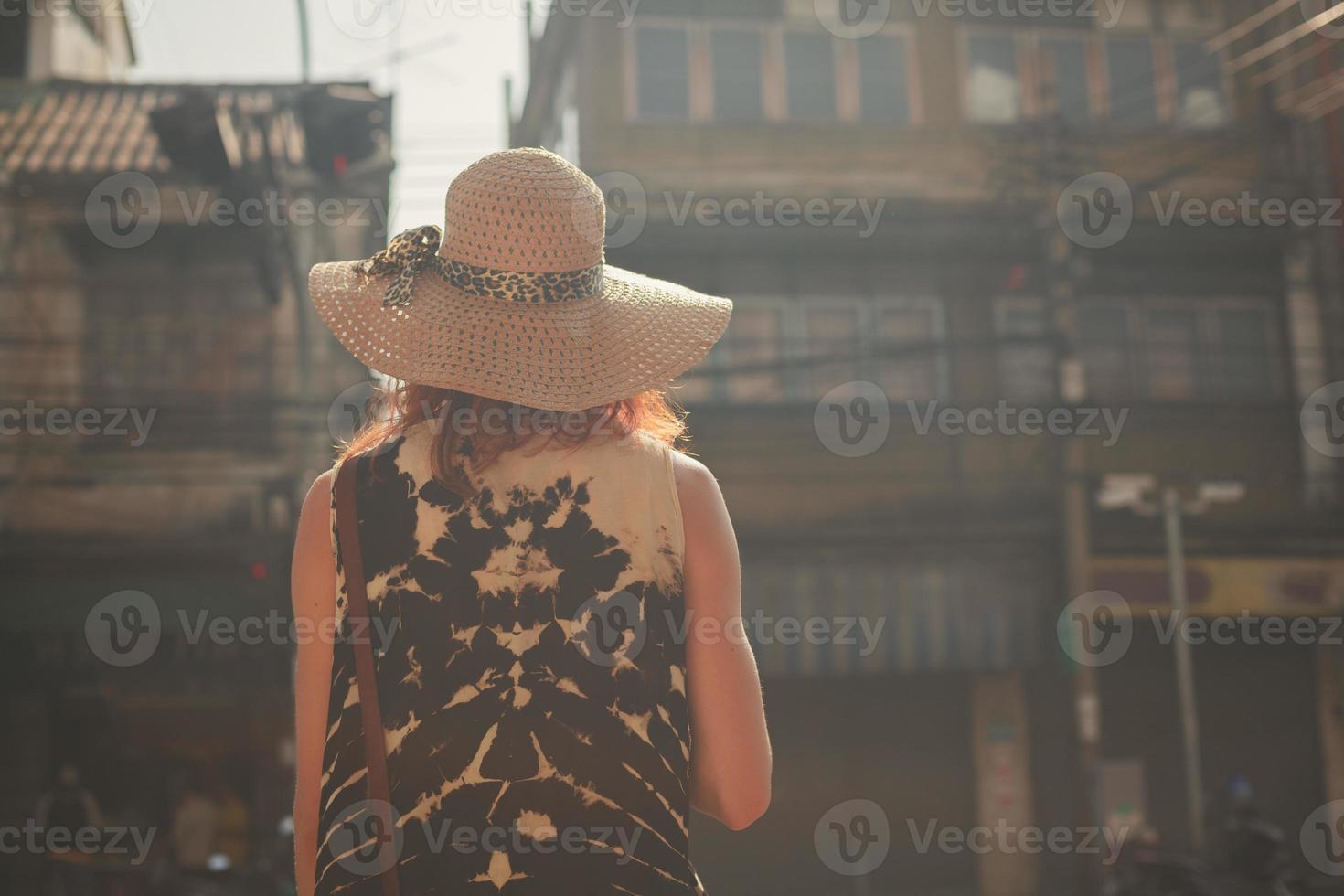 giovane donna che cammina per la strada del paese asiatico foto