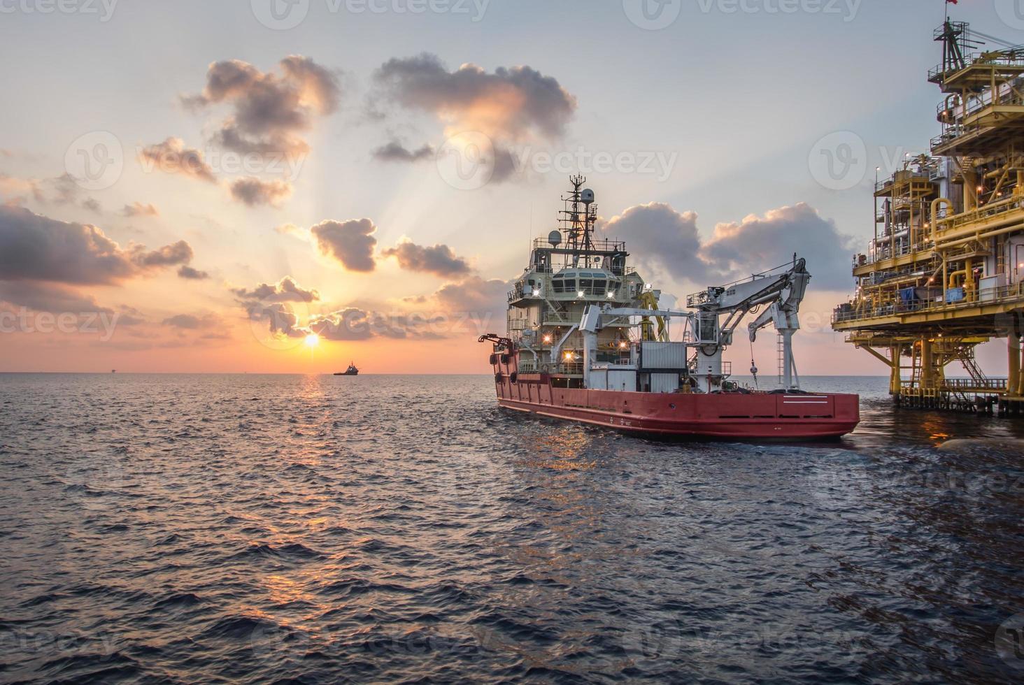rifornire la barca al tramonto foto
