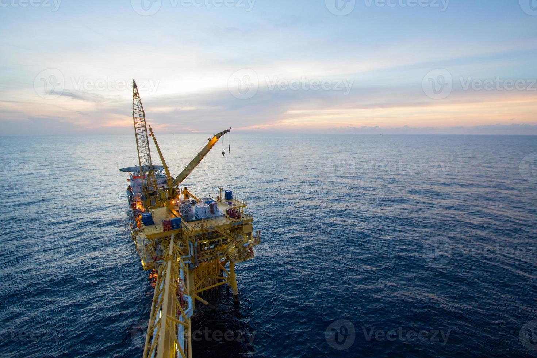 installazione di grandi gru la piattaforma in mare aperto foto