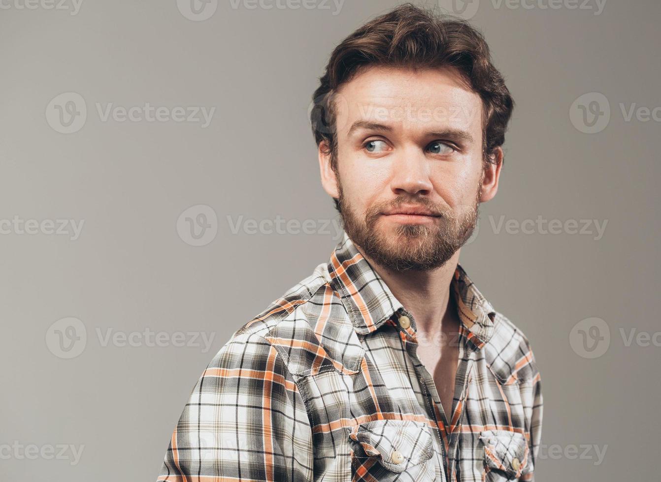 barba uomo ritratto guardando a sinistra studio foto