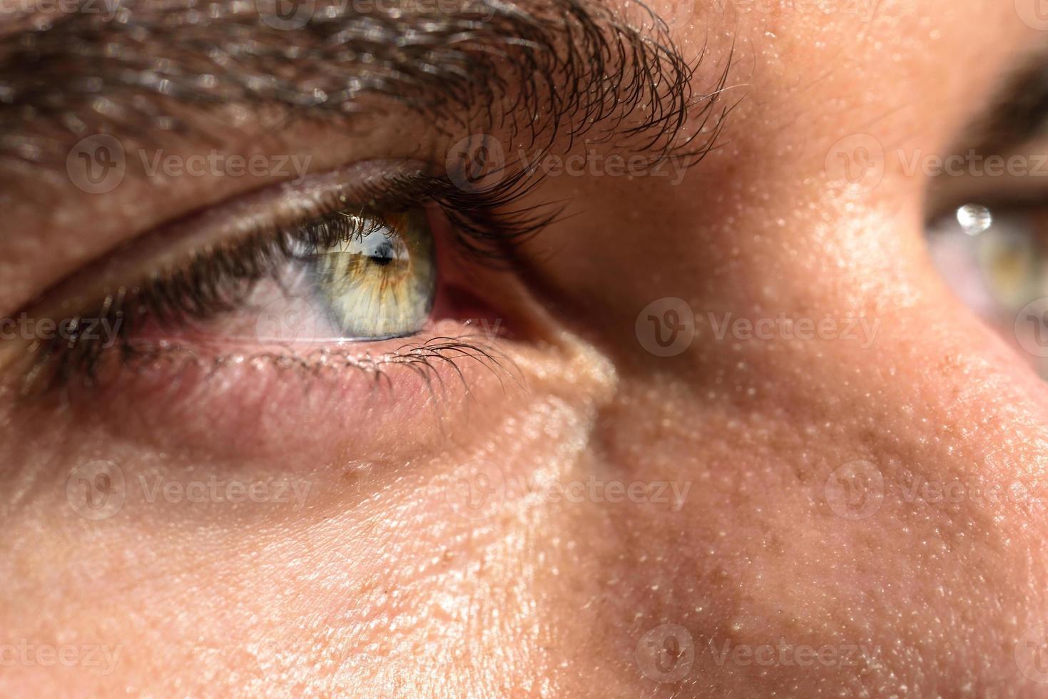 colpo a macroistruzione dell'occhio dell'uomo foto