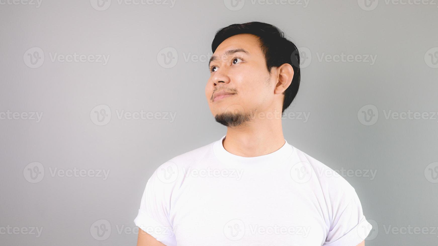 uomo che guarda fuori e sorride come il sogno ad occhi aperti. foto