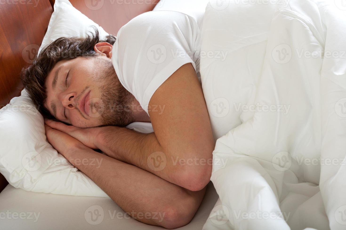 uomo che dorme come un bambino foto