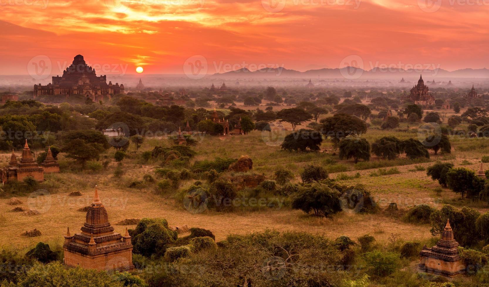 gli antichi templi buddisti di Bagan all'alba, myanmar (birmania) foto