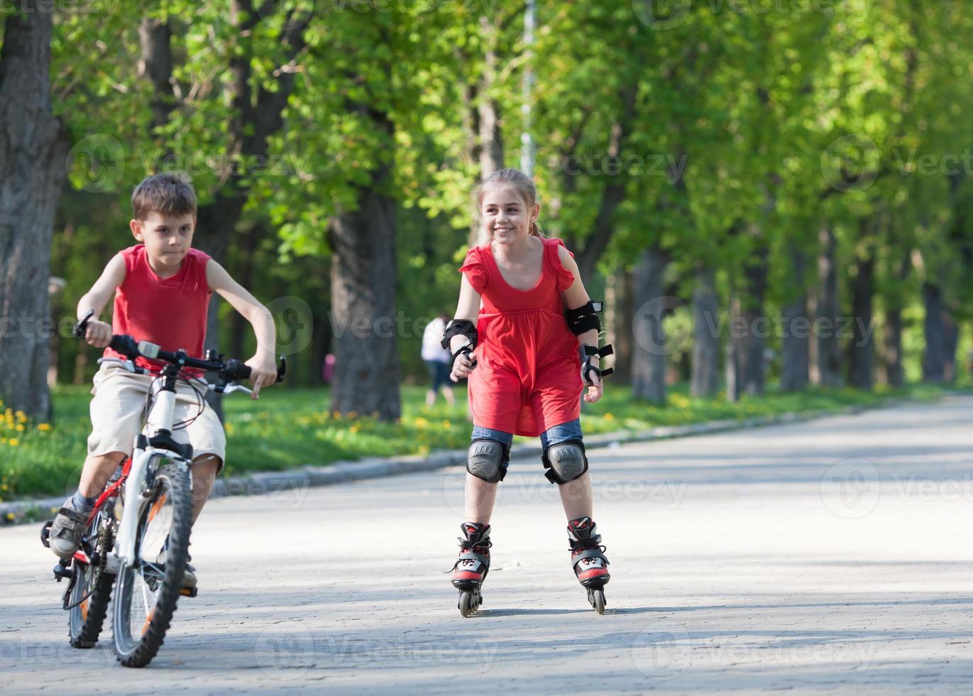 ciclista e rollerblader foto