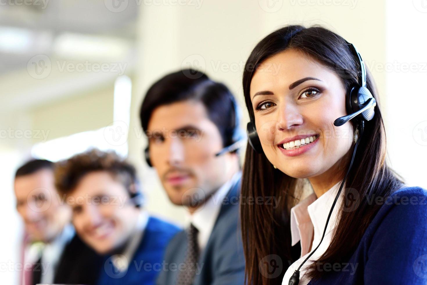 uomini d'affari sorridenti in un call center foto