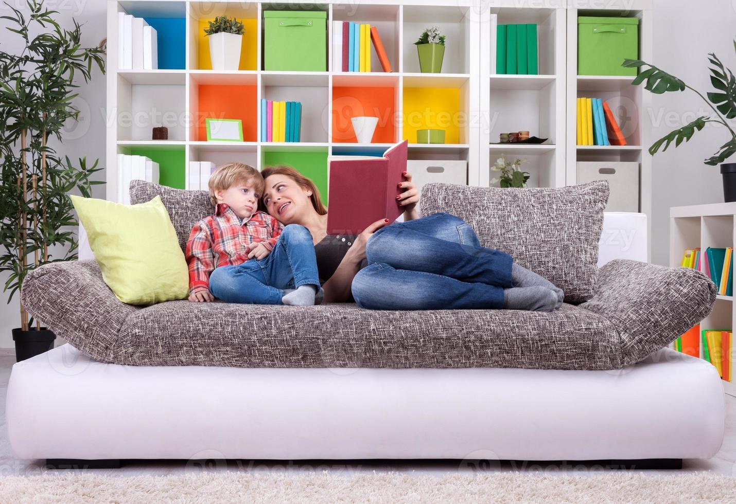 la famiglia passa il tempo a leggere un libro foto