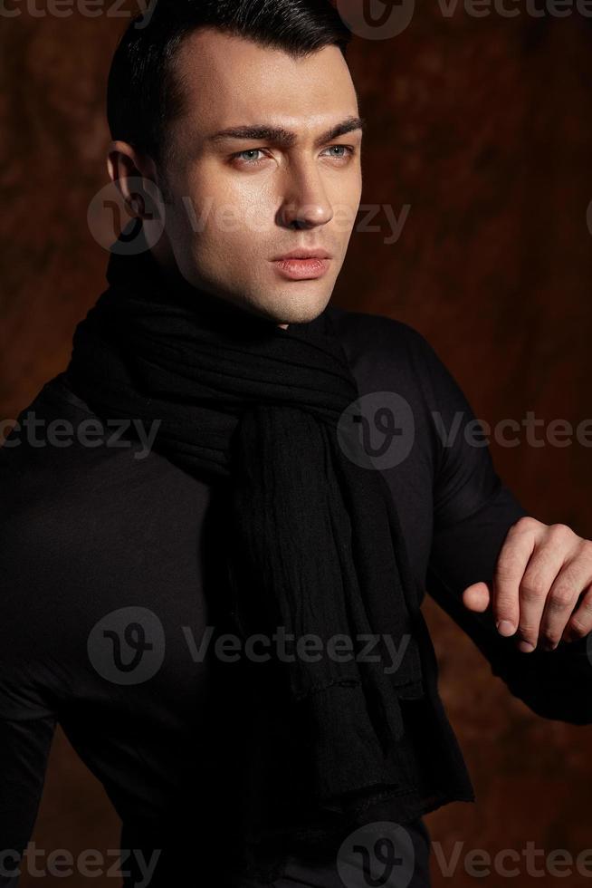 uomo bello ed elegante. ritratto in studio moda. foto
