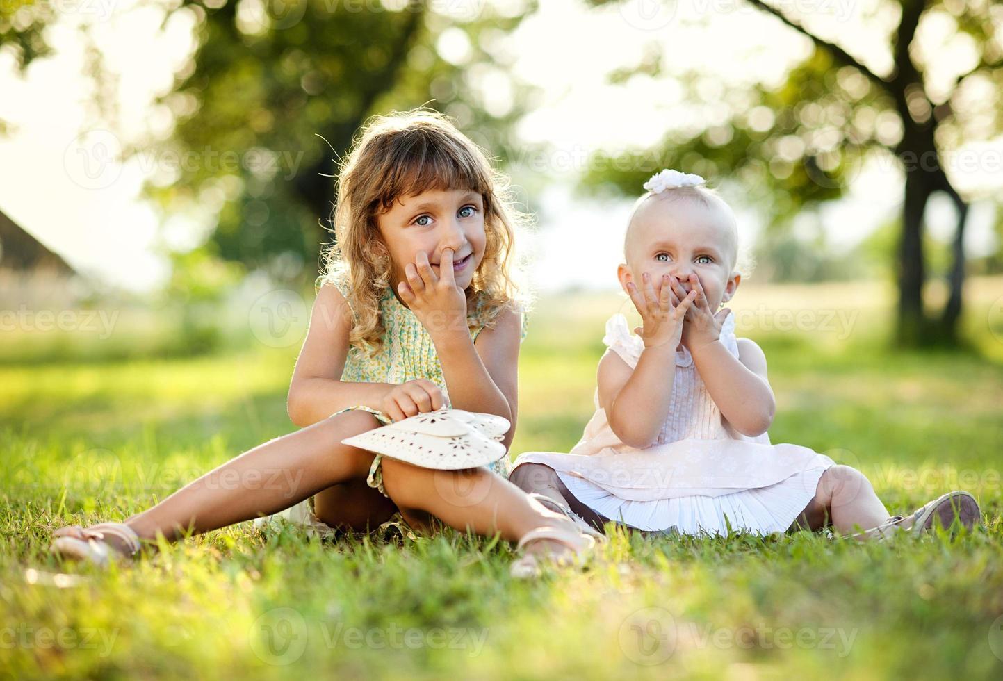 due sorelle nel parco verde foto