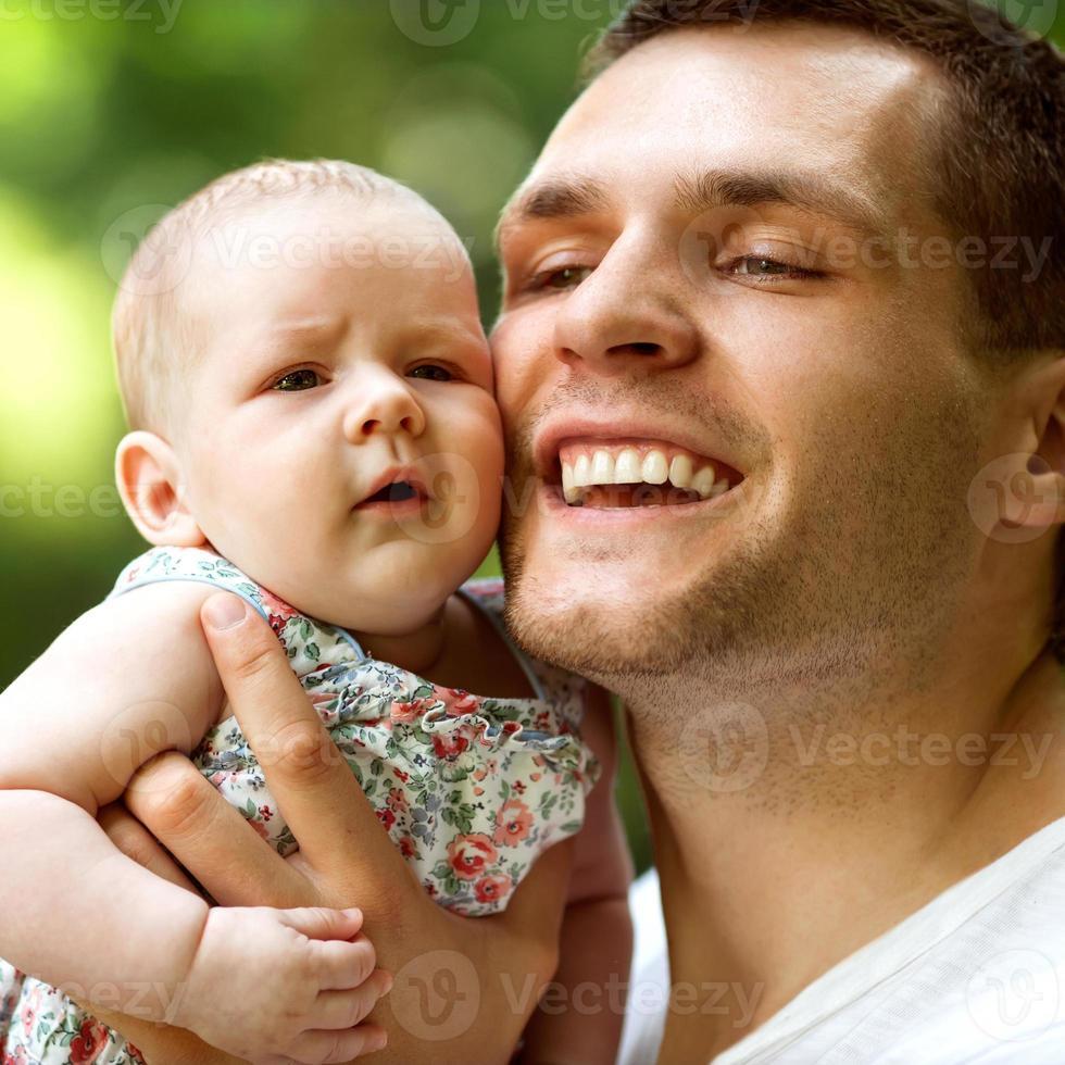 papà e figlia neonata che giocano nel parco in amore foto