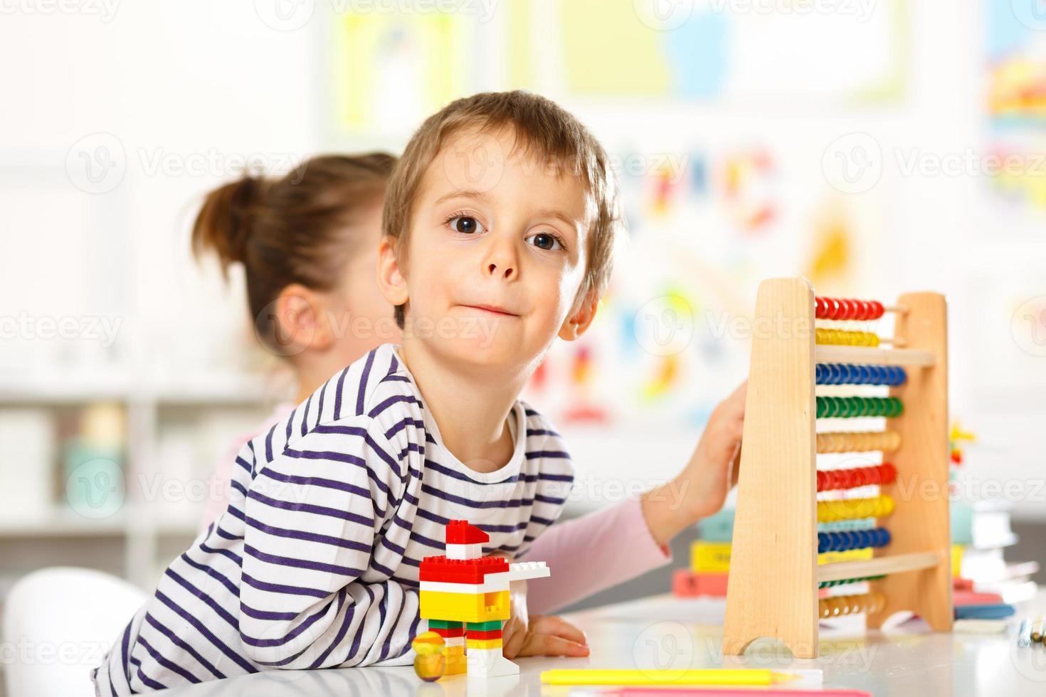 due bambini che giocano con i giocattoli foto
