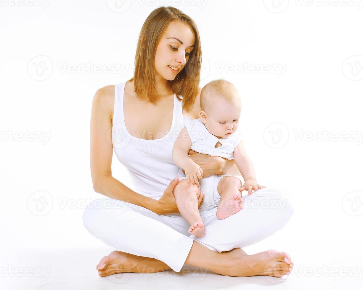 madre con bambino piccolo su uno sfondo bianco foto