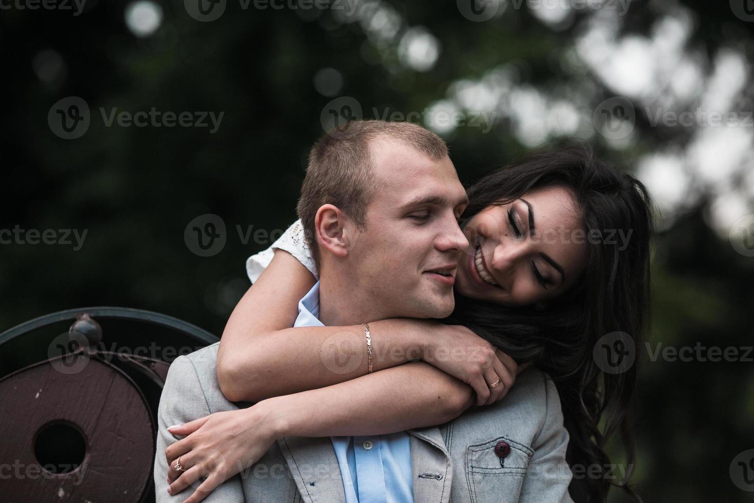 giovane coppia europea coccole su una panchina foto