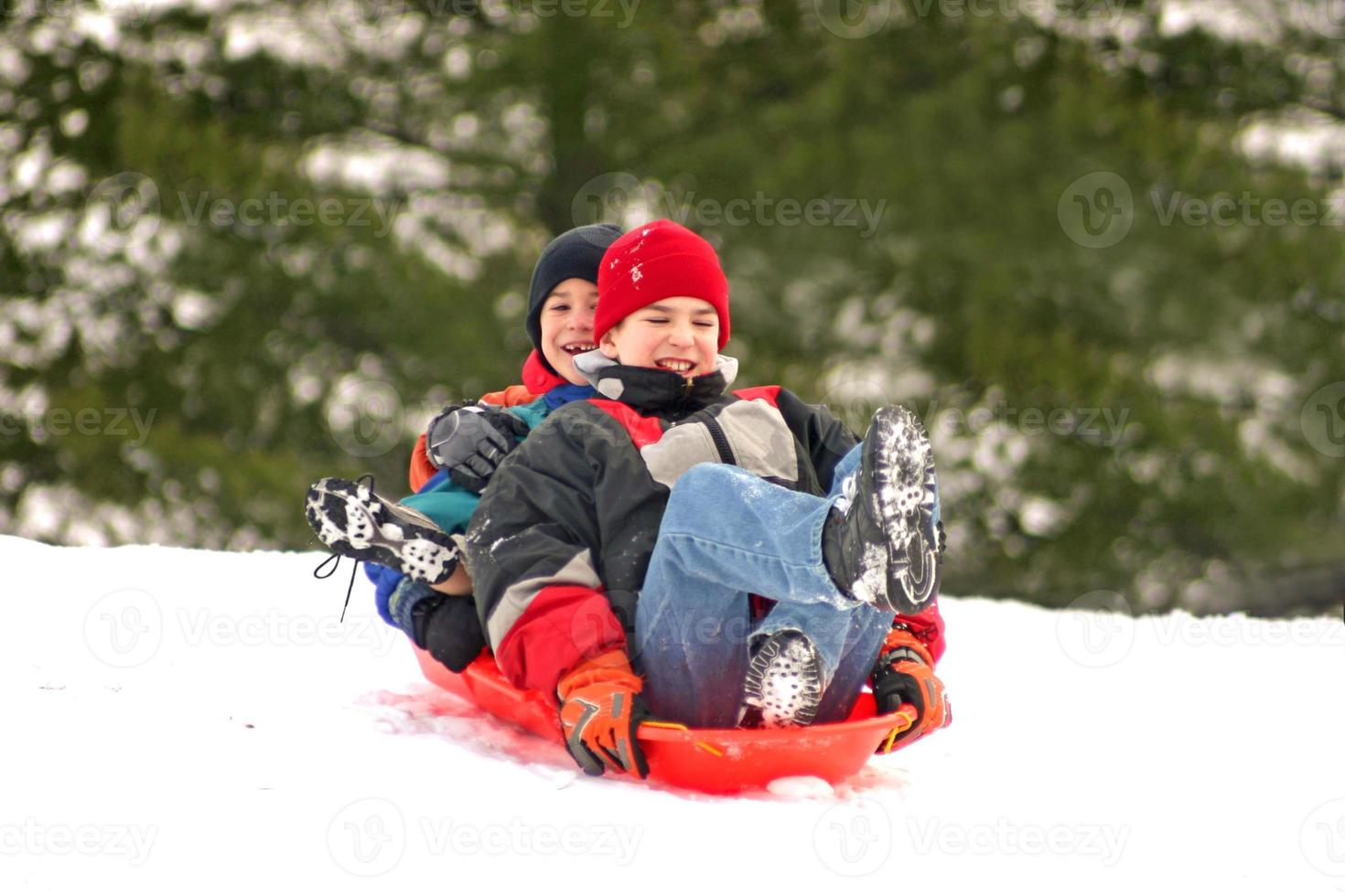 ragazzi che sledding foto