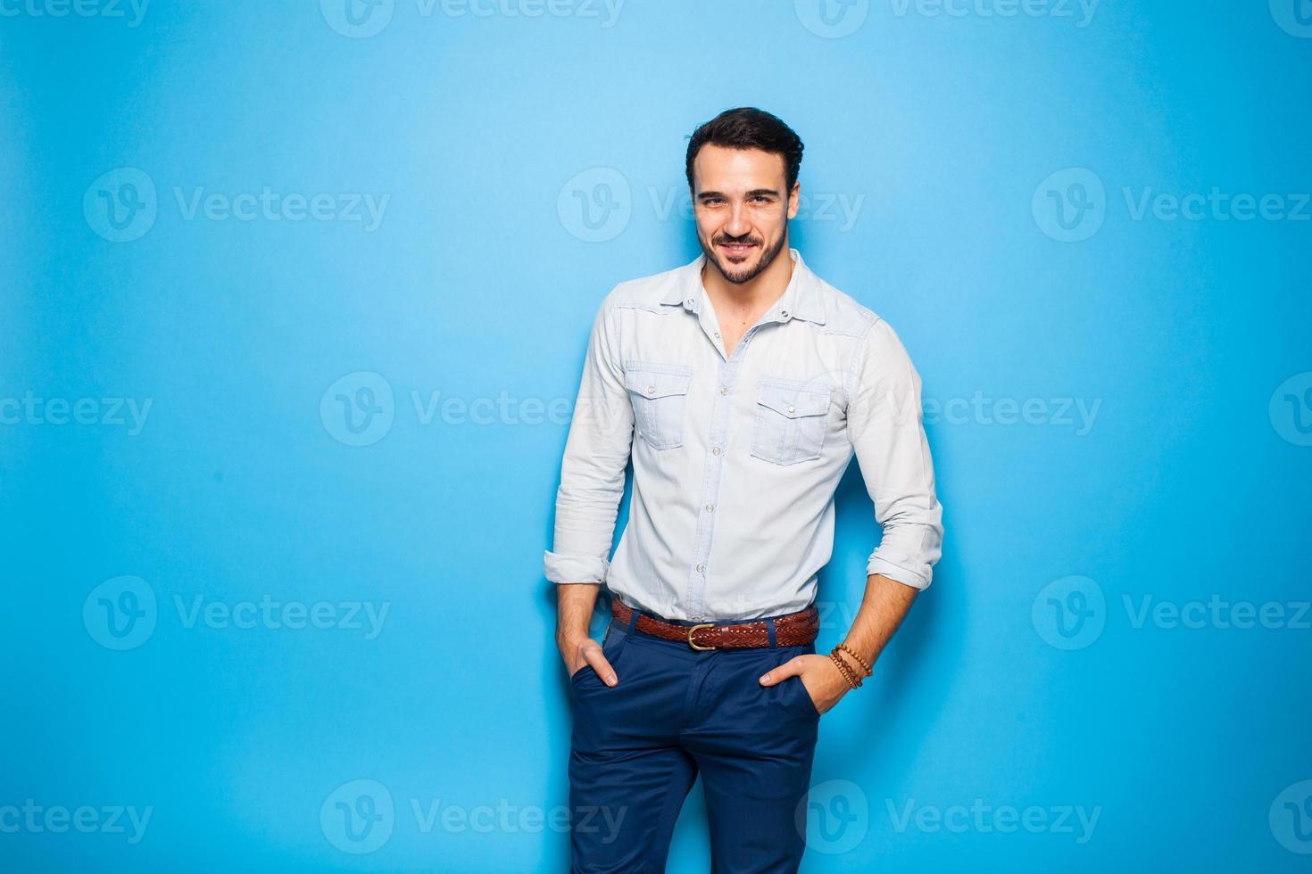 bell'uomo adulto e maschile su sfondo blu foto