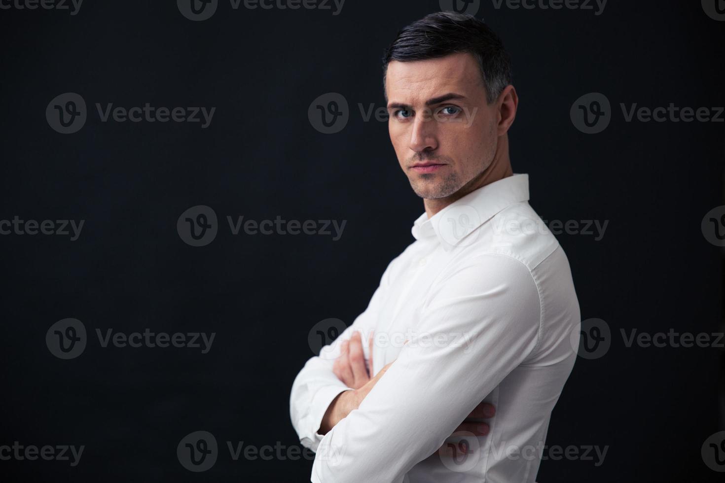 ritratto di un uomo d'affari serio con le braccia conserte foto