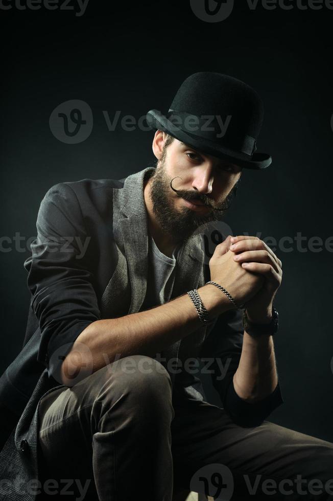 l'uomo barbuto serrò le mani nella serratura foto