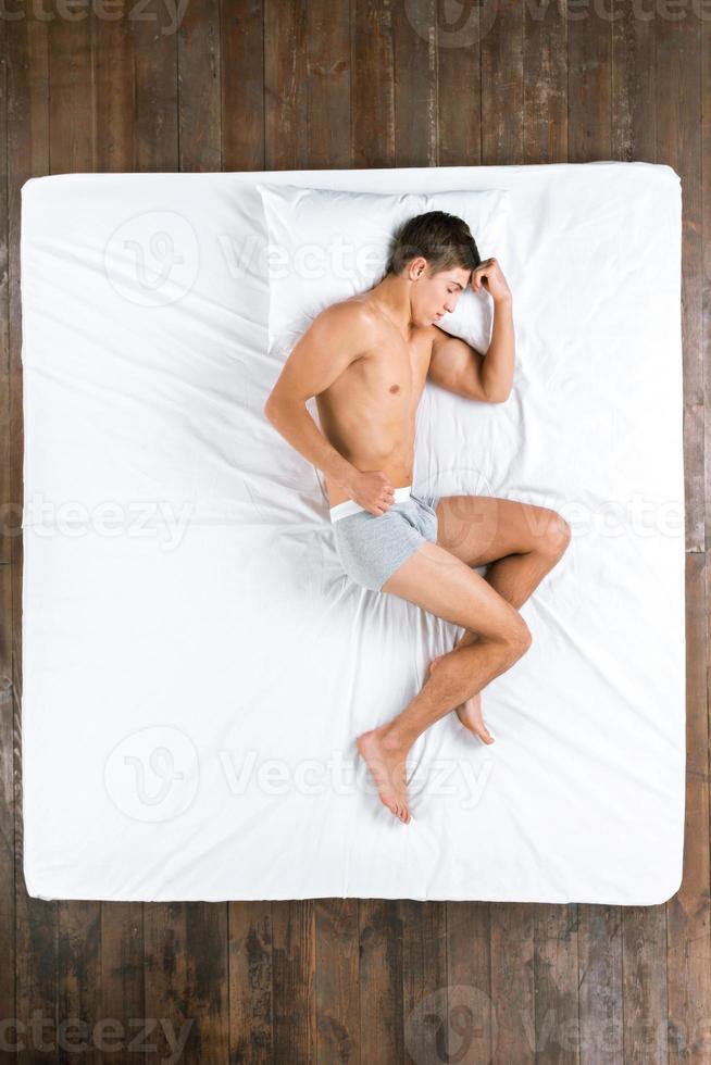 foto di vista superiore dell'uomo addormentato