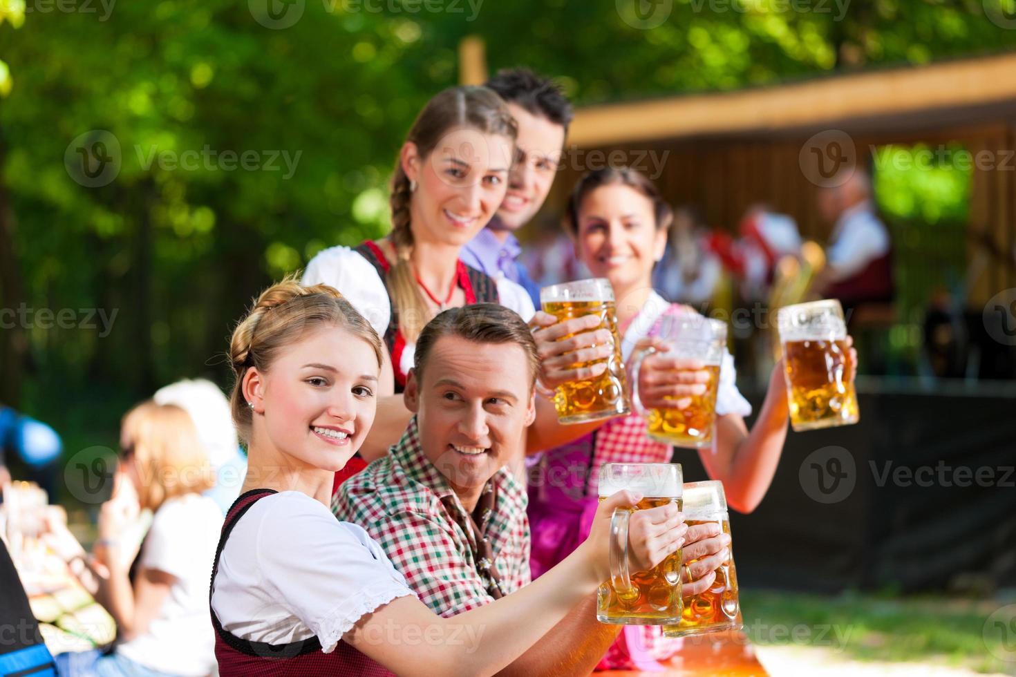 nella birreria all'aperto foto