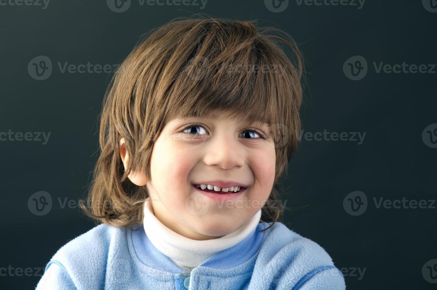 ritratto di un bel bambino ridendo isolato foto