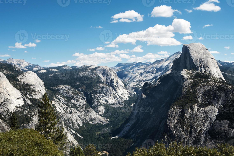mezza cupola nella valle di Yosemite foto