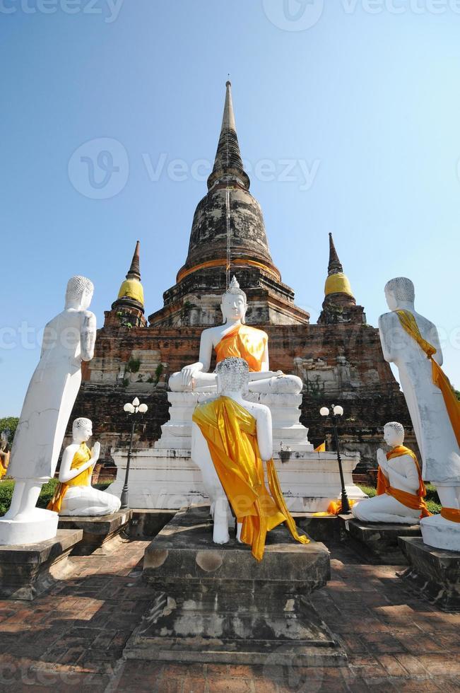 gruppo di statua di buddha con pagoda, wat yai chaimongkol, thailandia foto