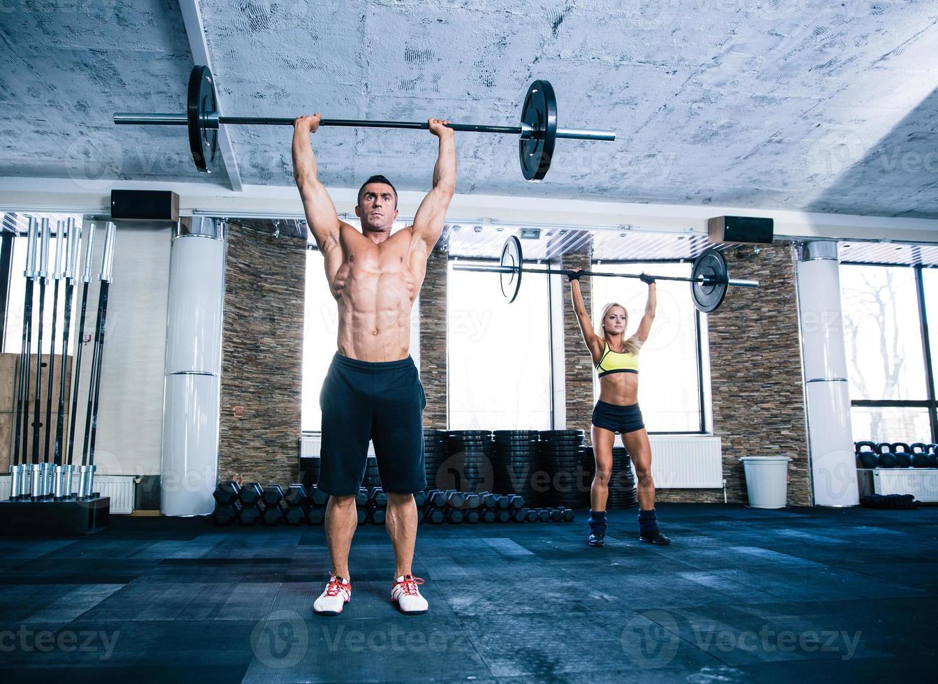 gruppo di allenamento uomo e donna con bilanciere foto