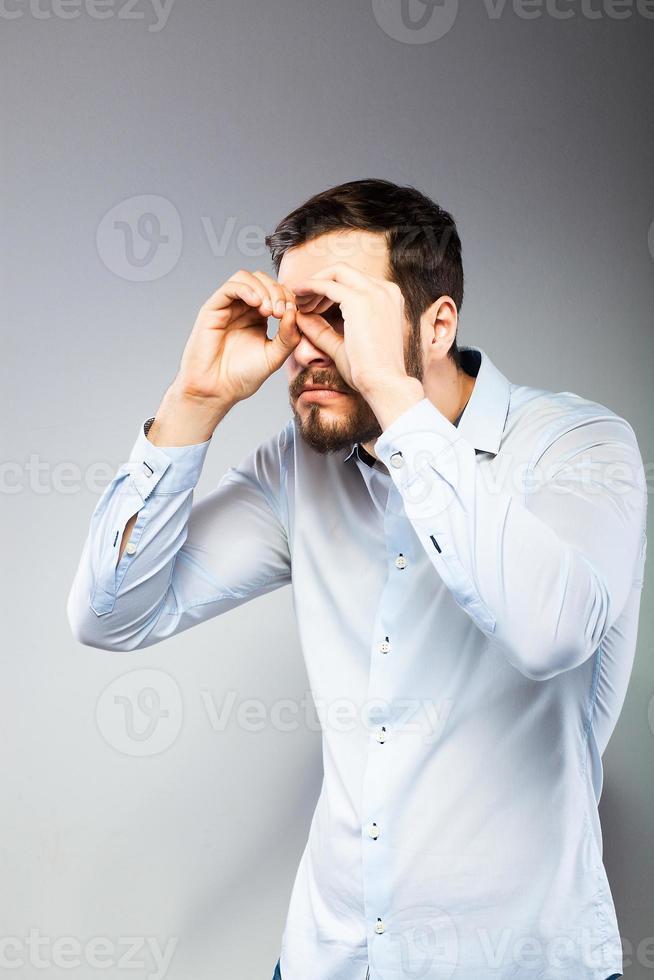 Ritratto di un giovane serio intelligente in piedi foto