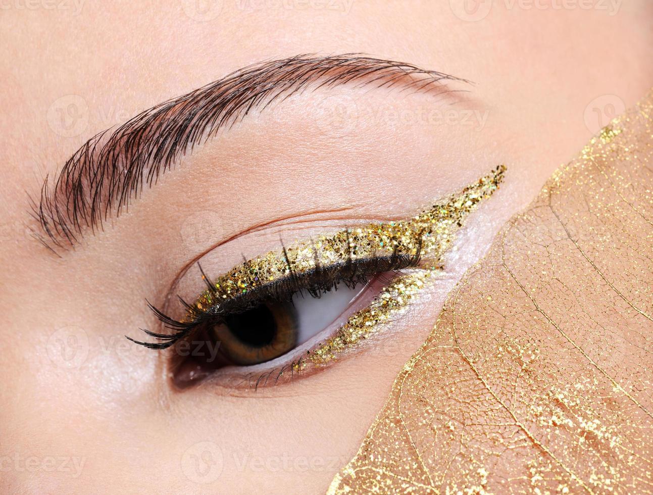 trucco dell'occhio alla moda d'oro foto