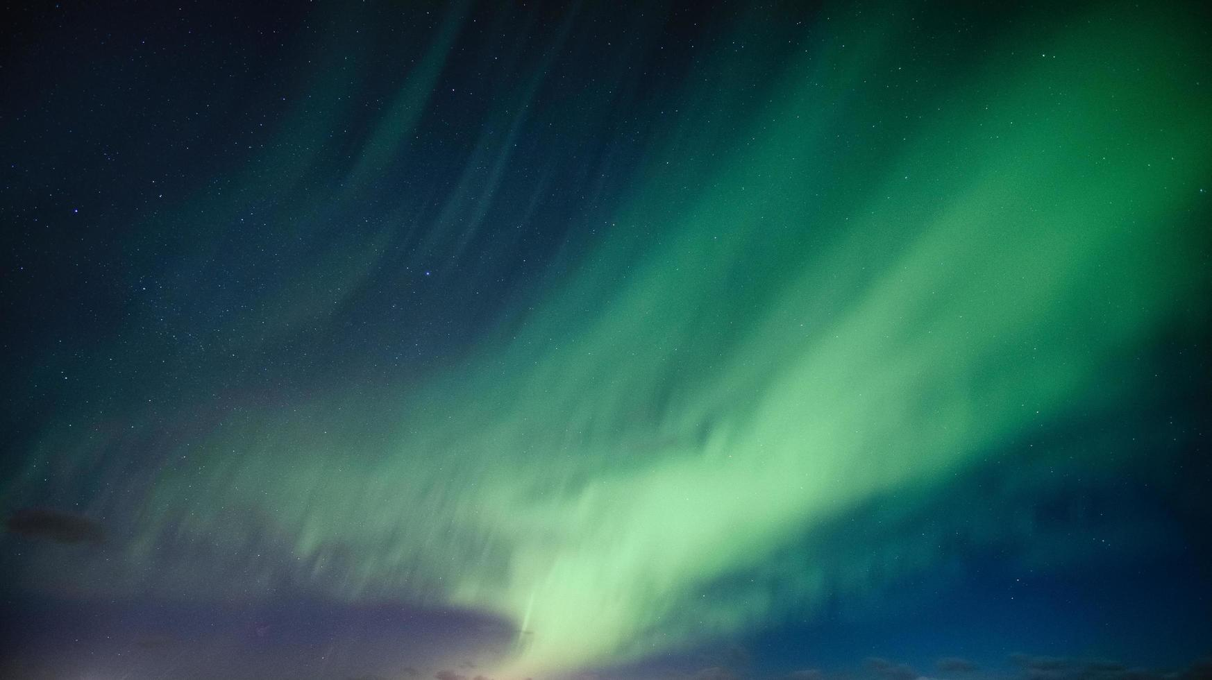 aurora boreale e stelle nel cielo foto