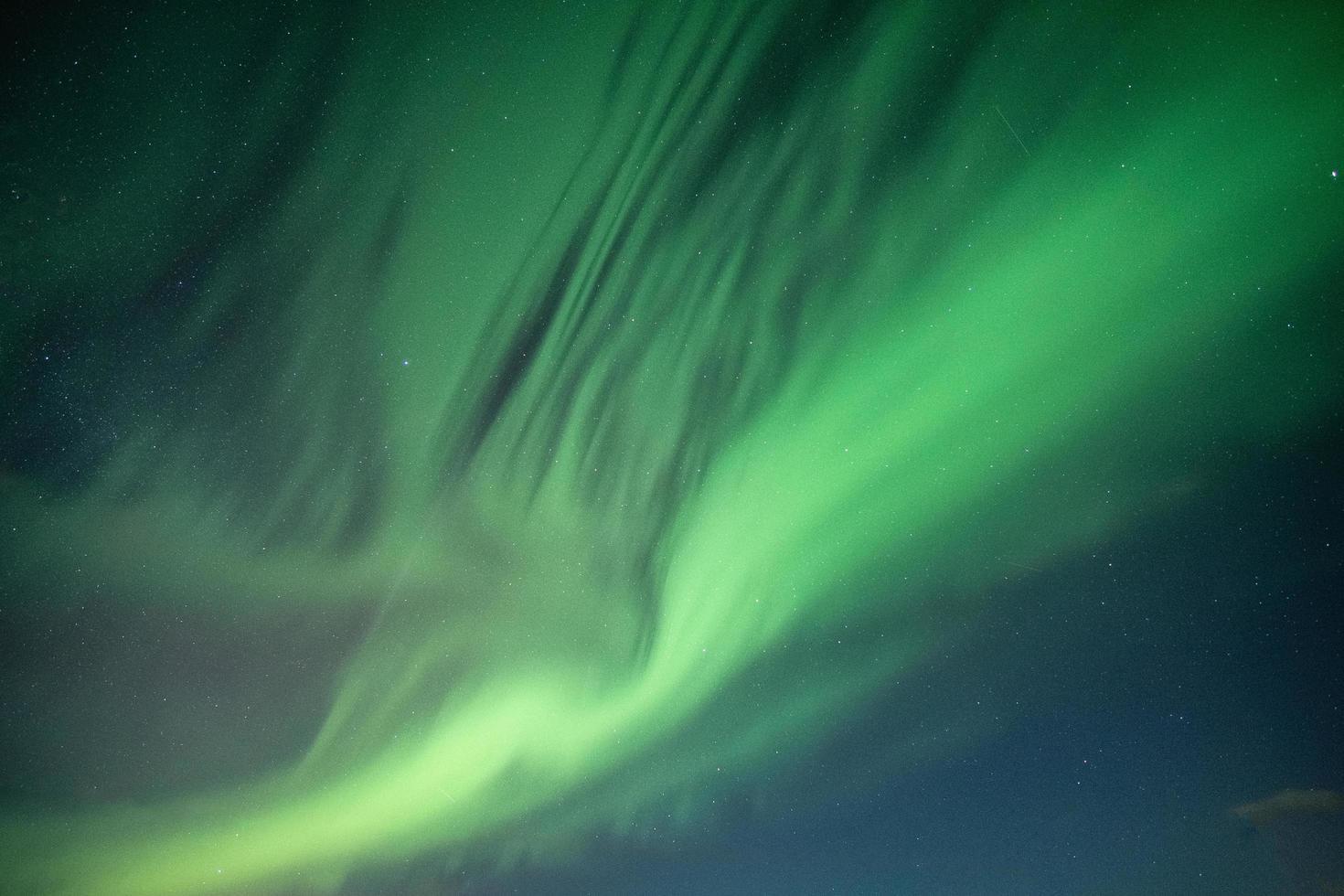 aurora boreale che balla sul cielo notturno foto