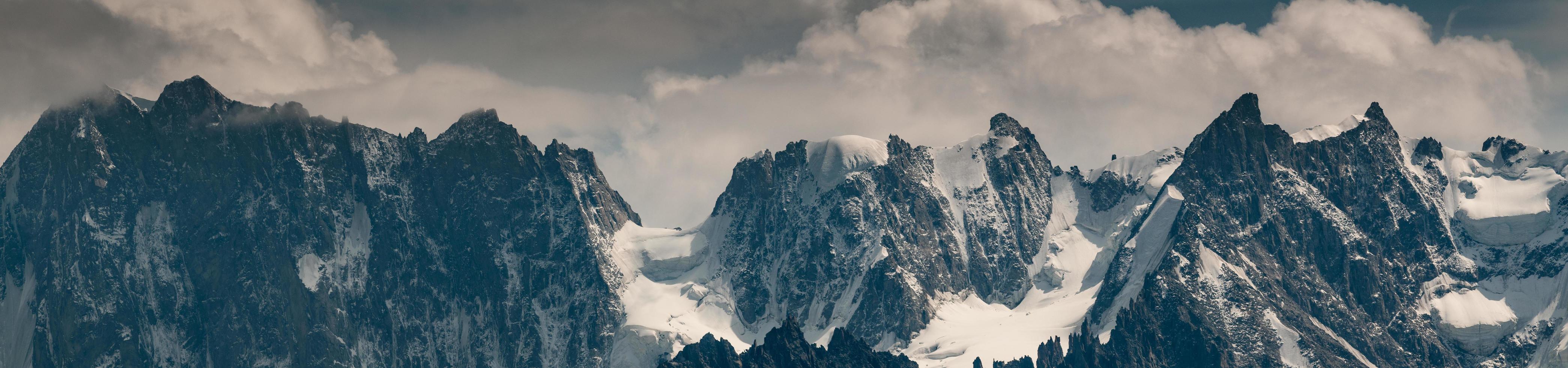 panorama della montagna grandes jorasses foto