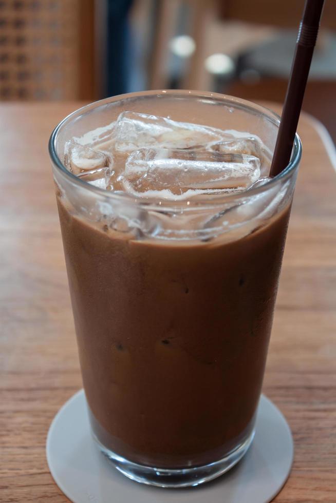 caffè ghiacciato in caffetteria sul tavolo di legno foto