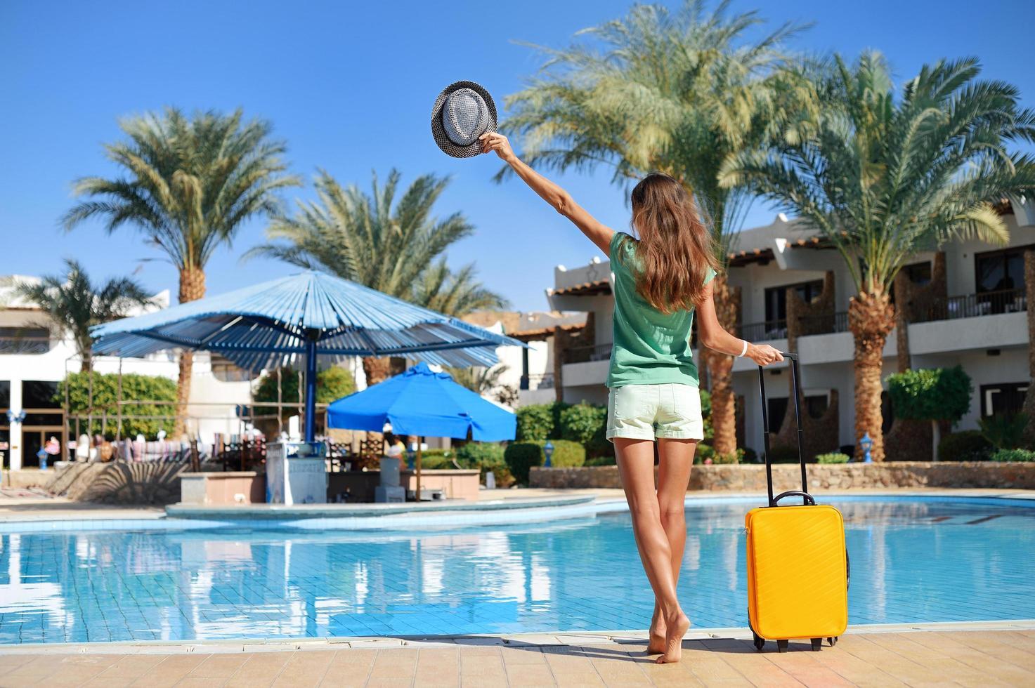 bella donna vicino alla piscina dell'hotel foto